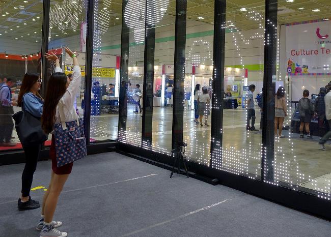 Mit dem LED-Glas lässt sich auch interaktive Kommunikation realisieren.