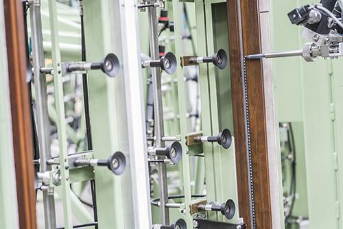 Klebetechnik im Produktionsprozess: Von der einfachen Handapplikation über eine Misch- und Dosieranlage bis zum Vollautomaten ist jede Form der Integration möglich.
