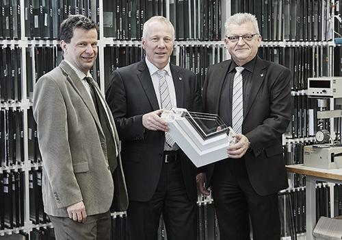 Kömmerling Mitarbeiter im Gespräch mit der Redaktion (v. l.n.r.): Antonius Beier (Vertrieb), Michael Merkle (Anwendungstechnik] und Dr. Wolfgang Wittwer (Laborleiter).