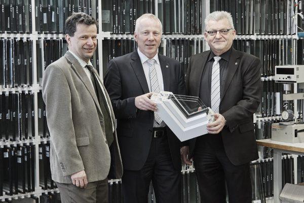 Kömmerling Mitarbeiter im Gespräch mit der Redaktion (v.l.n.r.): Antonius Beier (Vertrieb),  Michael Merkle (Anwendungstechnik) und Dr. Wolfgang Wittwer (Laborleiter).
