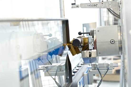 Das schwarze Polyisobutylen wird aus dem Fass mittels eines vollautomatischen Applikators direkt auf die Scheibe extrudiert und bildet eine absolut dichte, homogene und kontinuierlich aufgetragene Masse. Foto: Kömmerling Chemische Fabrik GmbH
