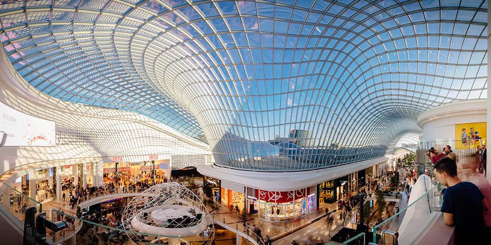 Die enormen konstruktiven Möglichkeiten gebogener Gläser offenbart die riesige Shoppingmall Chadstone in Melbourne. Foto: Timothy Burgess / Imageplay
