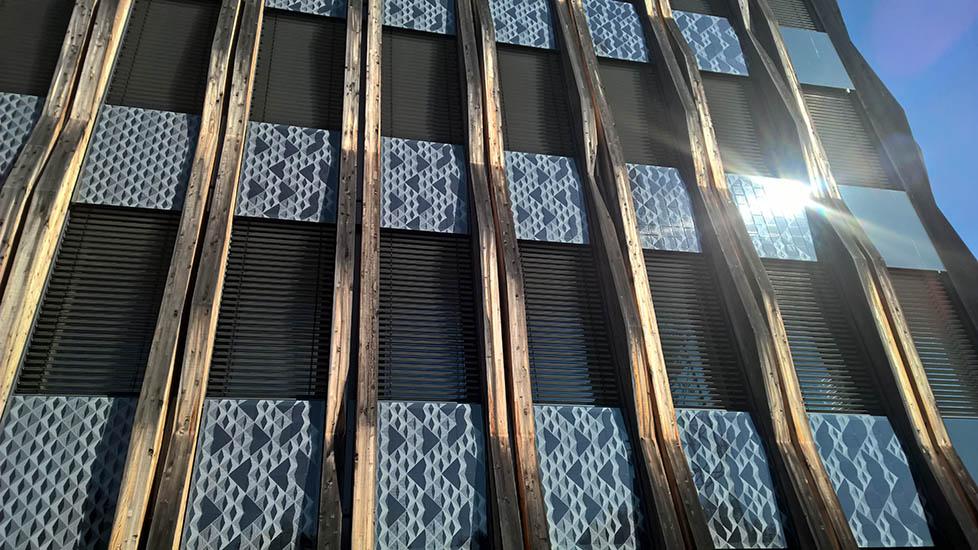 Wie Photovoltaikmodule durch rahmenlose Befestigung zum gestaltenden Fassadenelement werden, ist am neuen Headquarter der Ed. Züblin AG zu sehen. Foto: Timothy Burgess / Imageplay