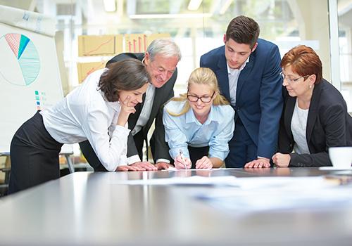 Zusammenarbeit vom erfolgreichen Business Team im Konferenzraum