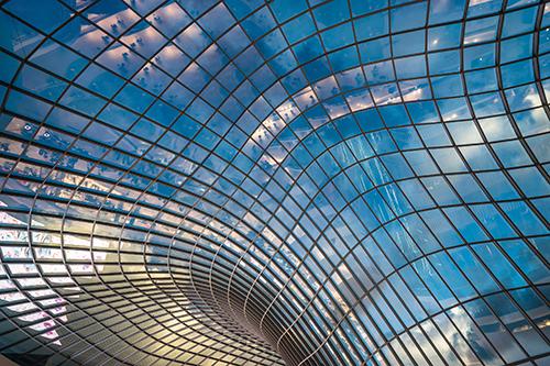 Der Kömmerling-Randverbund mit Ködispace 4SG gewährleistet selbst bei anspruchsvollen Anwendungen wie kaltgebogenen Isolierglaselementen dauerhafte Energieeffizienz und Funktionalität. Bildnachweis: Kömmerling Chemische Fabrik