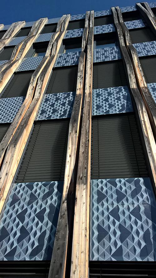 Bei dem Stuttgarter Züblin-Gebäude Z3 wurde mit Kömmerling als Partner eine geklebte Photovoltaik-Fassade mit einem lastabtragenden Klebstoff realisiert. Bildnachweis: Ed. Züblin AG
