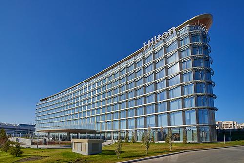 Für das Hilton Hotel in Astana, Kasachstan, lieferte H.B. Fuller | Kömmerling das Warme Kante System KÖDISPACE 4SG und das Structural Glazing Silikon KÖDIGLAZE S. Die Wetterversiegelung GD 826 N sorgt für zusätzlichen Schutz.