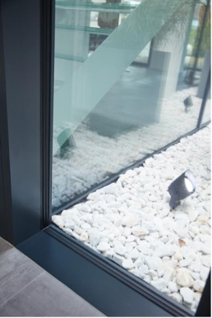 Mit dem schwarzen butylbasierten Warme-Kante-System KÖDISPACE 4SG spiegelt sich der Fensterrahmen im Scheibenzwischenraum und löst ihn optisch auf.