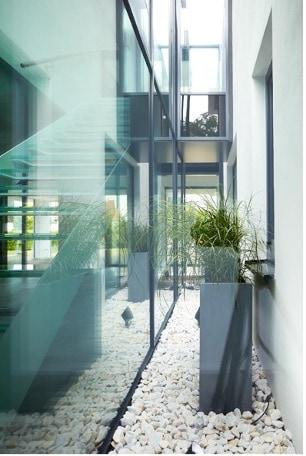 In dem Neubaugebäude ist die Fassade teilweise über zwei Stockwerke hinweg komplett verglast.