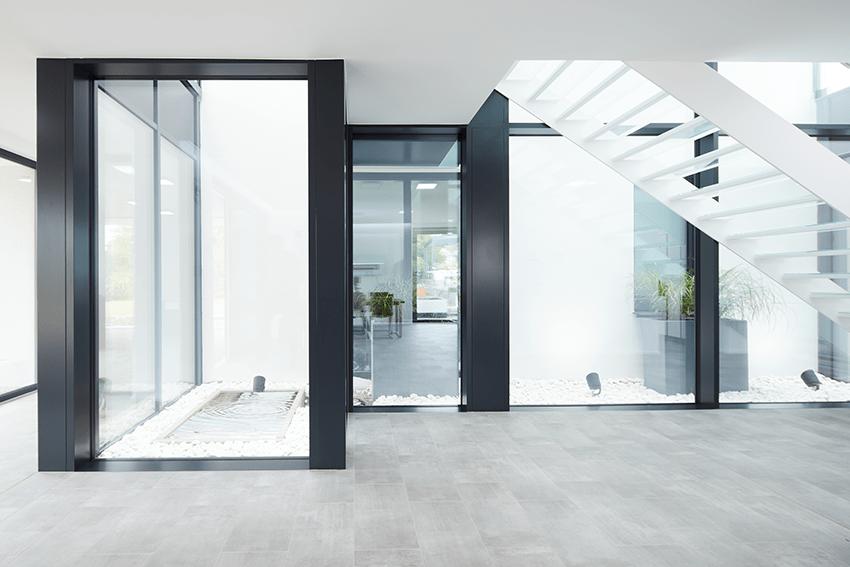Hell und einladend: Die Glasfassaden lassen viel Licht und Sonne in die Räume des Einfamilienhauses im Saarland.